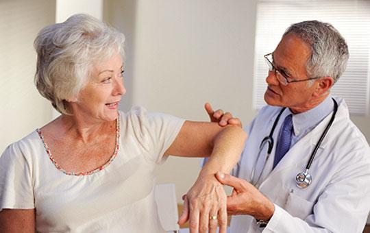 Phụ nữ tuổi cao bị thoái hóa khớp bàn tay cần lưu ý gì?