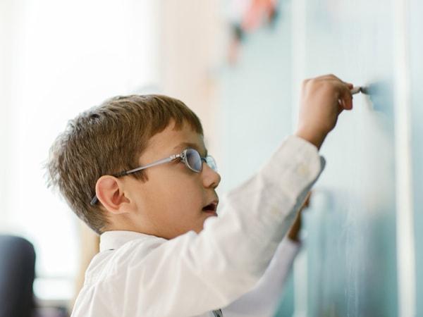 Bố mẹ nên thường xuyên động viên, khuyến khích con những việc nhỏ nhất để con phát triển