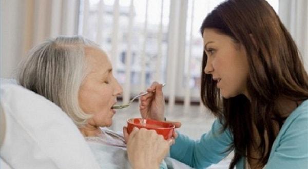 Sự chăm sóc của các thành viên trong gia đình là vô cùng quan trọng đối với người bệnh