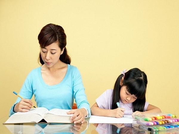 Học bài cùng con: Những điều mẹ nên làm và không nên làm
