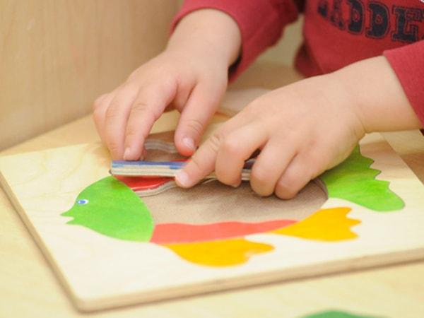 Ghép hình là trò chơi giúp phát triển tư duy của bé
