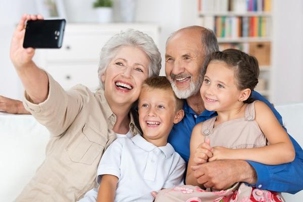 Sự quan tâm, yêu thương từ con cháu chính là liều thuốc bổ tốt nhất cho người già