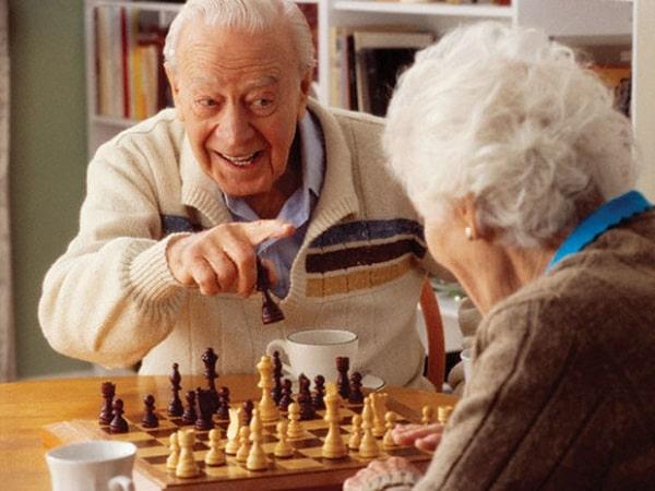 Nên động viên người già tham gia các hoạt động giải trí