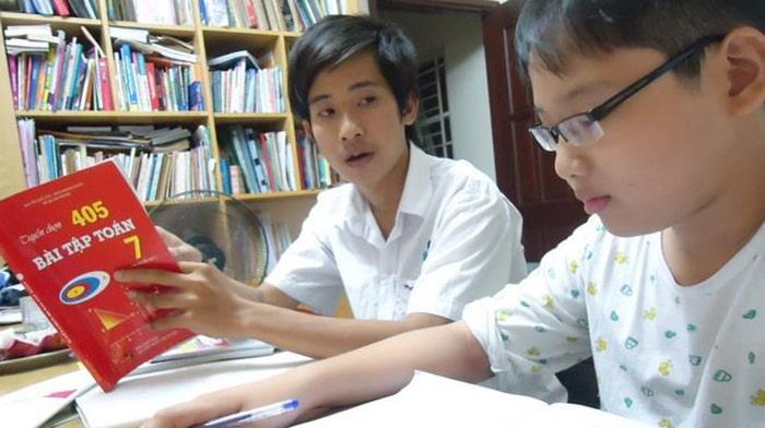 Gia sư bổ trợ kiến thức giúp trẻ tiến bộ hơn trong học tập.